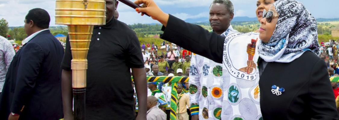 Makamu wa Rais wa Jamhuri ya Muungano wa Tanzania Mhe. Samia Suluhu Hassan akiwasha Mwenge kuashiria kuzinduliwa kwa Mbio za Mwenge wa Uhuru Kitaifa, 2019.