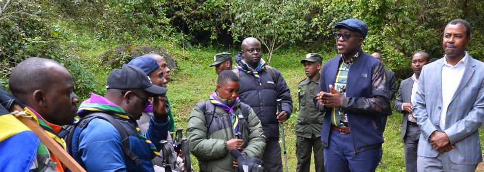 Naibu Waziri, Ofisi ya Waziri Mkuu (Kazi, Vijana na Ajira) Mhe. Anthony Mavunde akizungumza na Vijana waliokuwa wanapanda Mlima Kilimanjaro, ikiwa ni ishara ya kumbukizi ya Miaka 20 ya Kifo cha Baba wa Taifa.